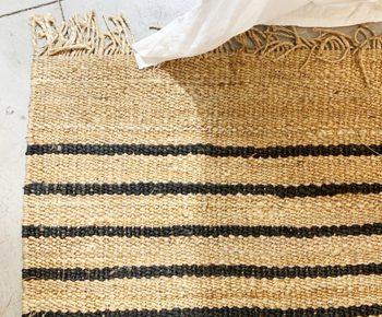 שטיח המפ עם פסים שחורים