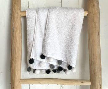 מגבת רחצה פונפונים עגולים